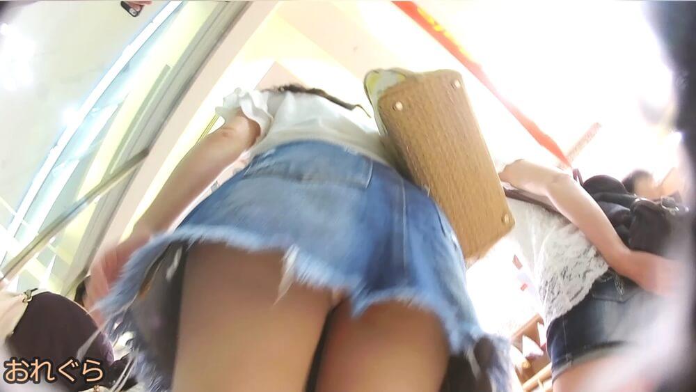 女性のデニムスカートを下アングルから映した画像