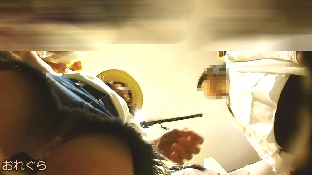 美人女性のフロントから逆さ撮りした画像