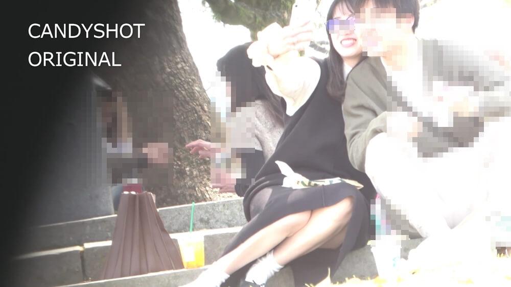 パンチラガードで脚を倒した女性の画像