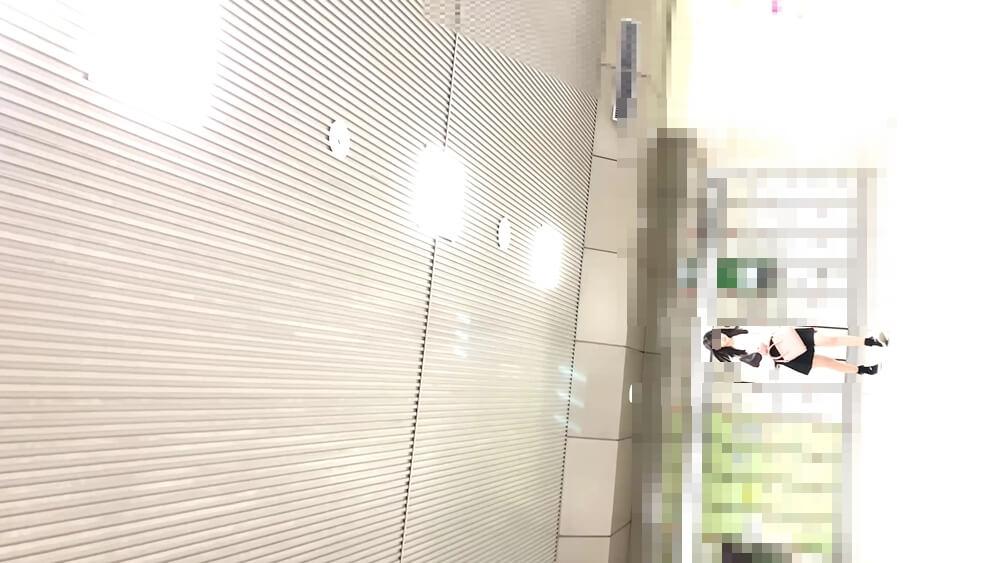 こちらに歩いてくる女性の姿を映した画像