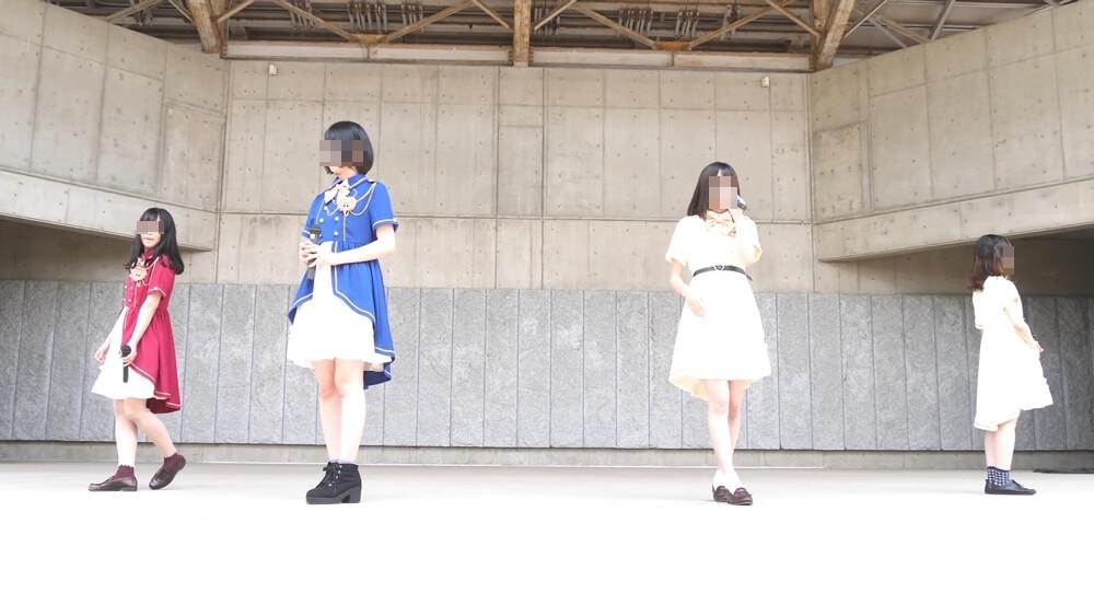 ステージで踊る地方アイドル4人組
