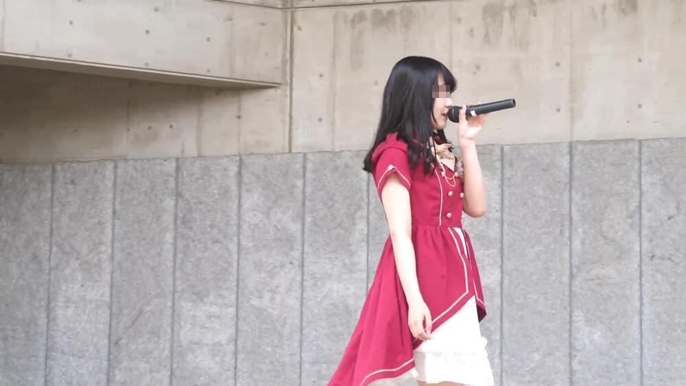 歌を歌うアイドルの女の子を映した画像