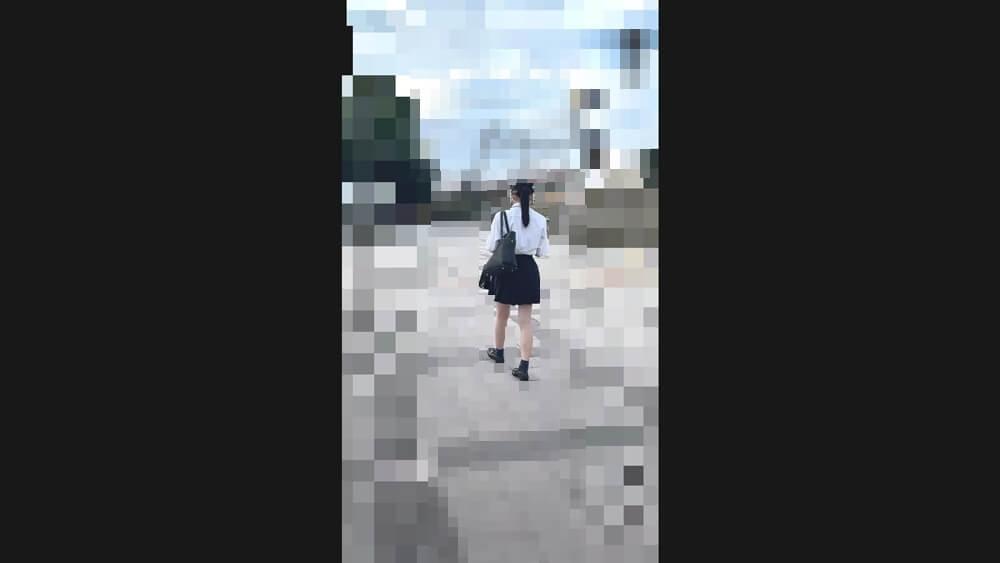 歩く制服JKの後ろ姿を映した画像