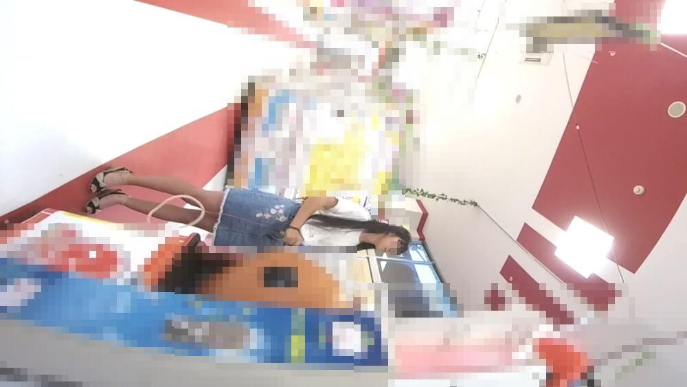 太鼓のゲームで遊ぶJCを前から映した画像