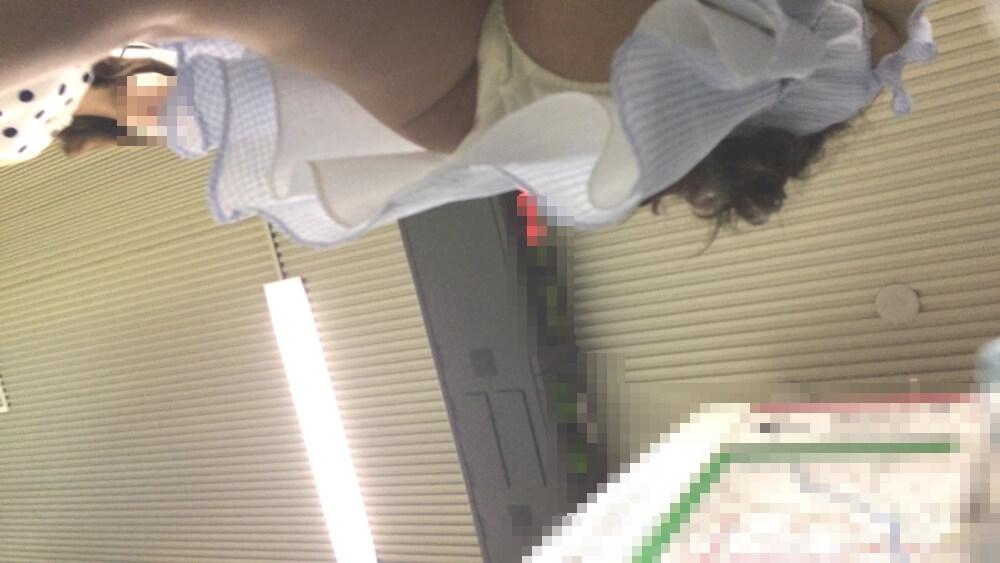 可愛い女性のスカートの下に近づく逝き神さんのカメラ映像