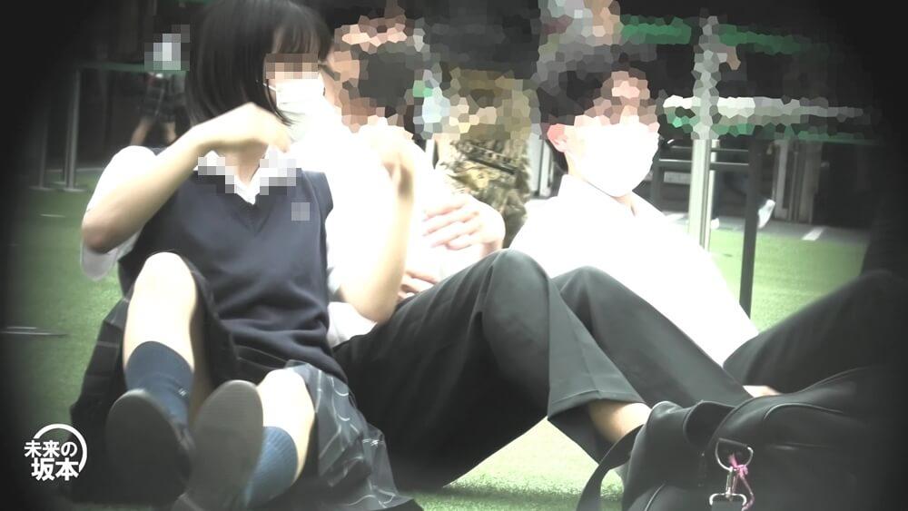 パンチラを隠し撮りされるJKを映した画像