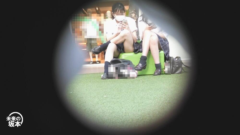 ベンチに座って男のように脚を組むJKを映した画像